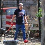 El presentador Jorge Javier Vázquez despejándose dando un paseo con sus perros