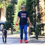Jorge Javier Vázquez, paseando con sus perros durante su recuperación