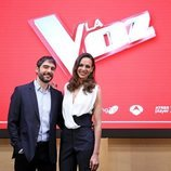 Eva González y Juanra Bonet en la rueda de prensa de los Directos de 'La Voz'