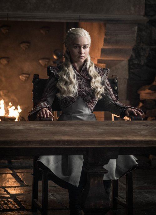 Emilia Clarke sentada de forma señorial en la octava temporada de 'Juego de Tronos'
