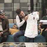 Alejandro Albalá abre su caja en la que hay una camiseta firmada en 'GH Dúo'