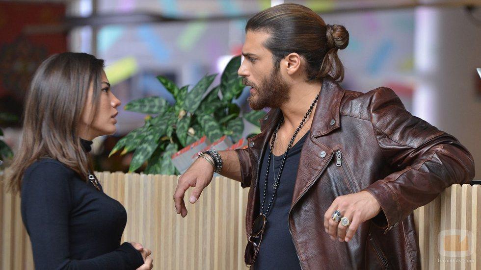 Demet Özdemir y Can Yaman como Sanem y Can Devit en 'Erkenci Kus'