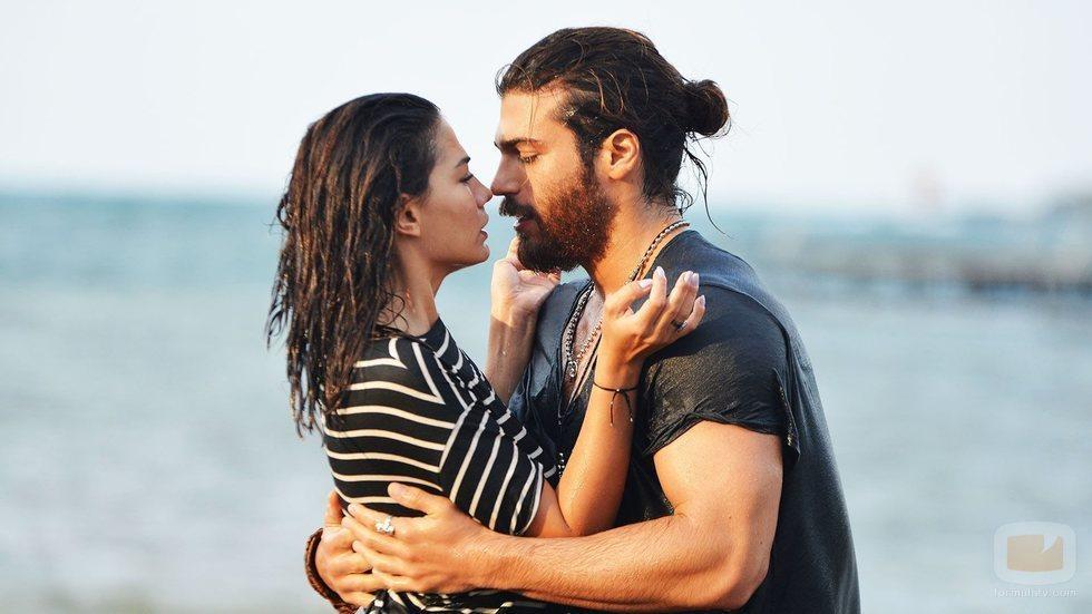 Demet Özdemir y Can Yaman se besan como Sanem y Can Devit en 'Erkenci Kus'