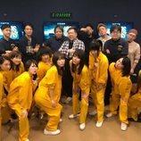 Los dobladores de 'Vis a vis' en Japón, con los uniformes de los personajes de la serie
