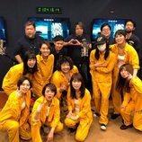 El equipo de dobladoros de 'Vis a vis', vestidas de presos y funcionarios de Cruz del Norte