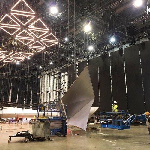 Los triángulos LED listos sobre el escenario de Eurovisión 2019