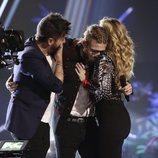 Pablo López y Miriam Rodríguez abrazan a Andrés Martín en 'La Voz'