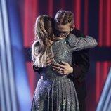 María Espinosa y Andrés Martín se funden en un fuerte abrazo en la final de 'La Voz'
