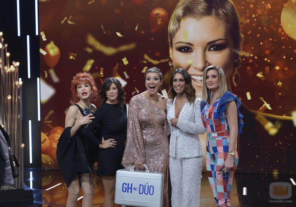 María Jesús Ruiz posa junto a sus apoyos en la final de 'GH Dúo' tras ganar el reality