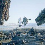Jon y Daenerys caminan hacia los dragones de 'Juego de Tronos' en el 8x01