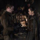 Joe Dempsie y Maisie Williams como Gendry y Arya en 'Juego de Tronos'