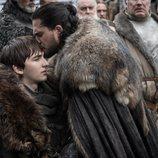 Jon Nieve besa a Bran Stark en la frente en el 1x08 de 'Juego de Tronos'