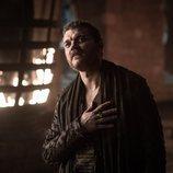 Euron Greyjoy mira con admiración a Cersei en el 8x01 de 'Juego de Tronos'