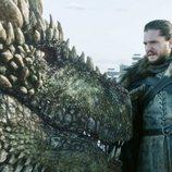 Jon Nieve se familiariza con Rhaegal en el 8x01 de 'Juego de Tronos'