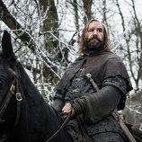 El Perro monta a caballo por un bosque en el 8x01 de 'Juego de Tronos'