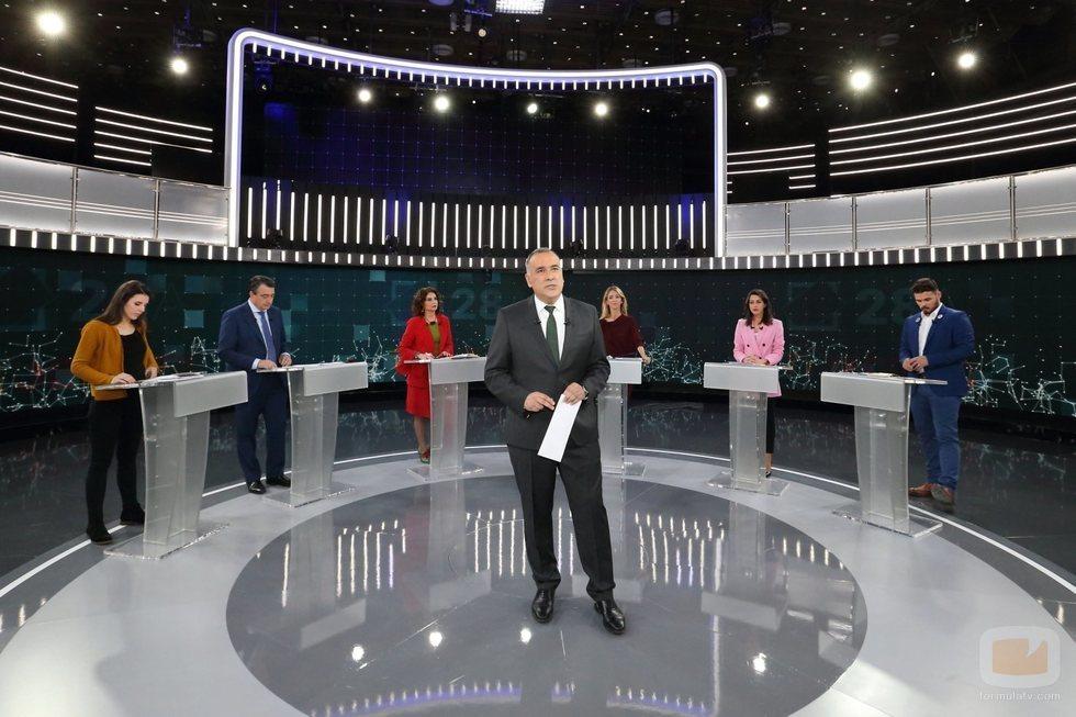 Xabier Fortes junto a los representantes políticos en el debate a seis de RTVE
