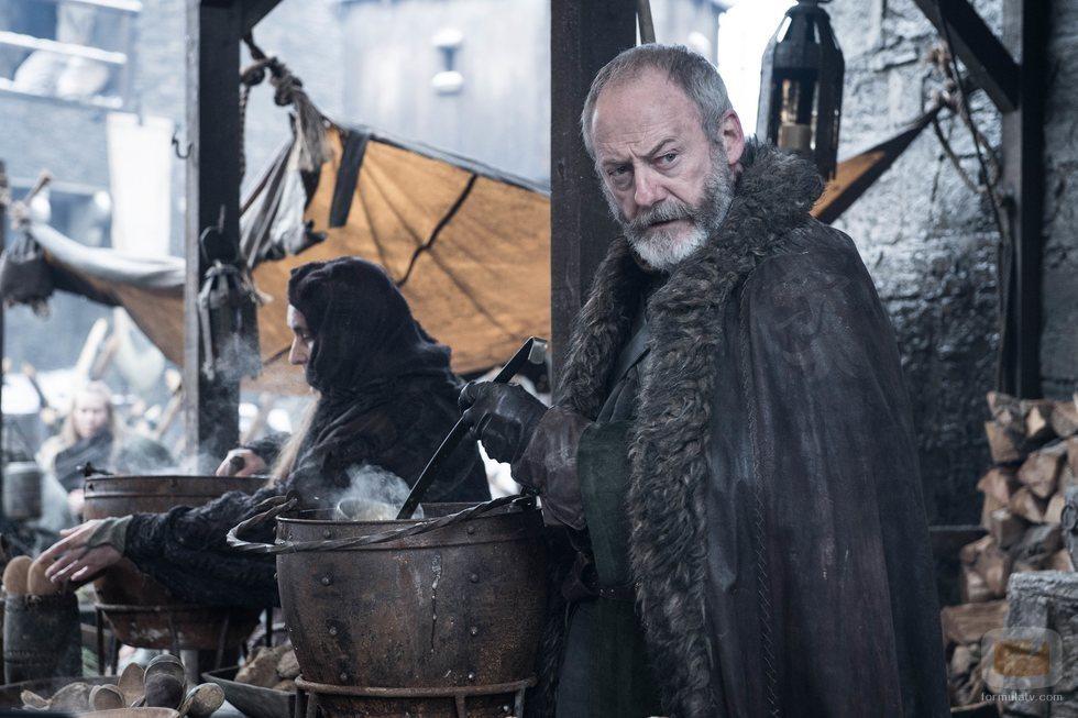 Davos Seaworth se resguarda del frío de Invernalia en el 8x02 de 'Juego de Tronos'