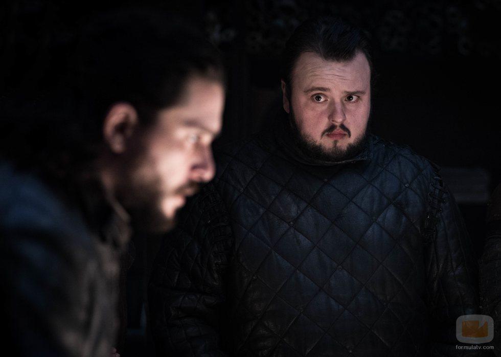 Samwell Tarly mira preocupado a Jon Snow en el 8x02 de 'Juego de Tronos'