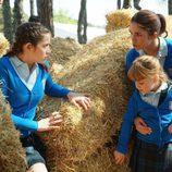 Carolina, Paula y Vicky escondiéndose en 'Todo el mundo tiene un secreto'