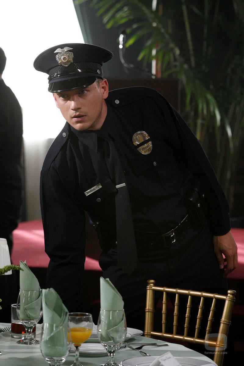 Wentworth Miller vestido de policía en 'Prison Break'