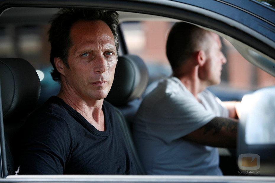 Dominic Purcell conduce un coche en 'Prison Break'