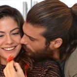 Can Yaman y Demet Özdemir comparten un momento muy dulce en 'Pájaro Soñador'