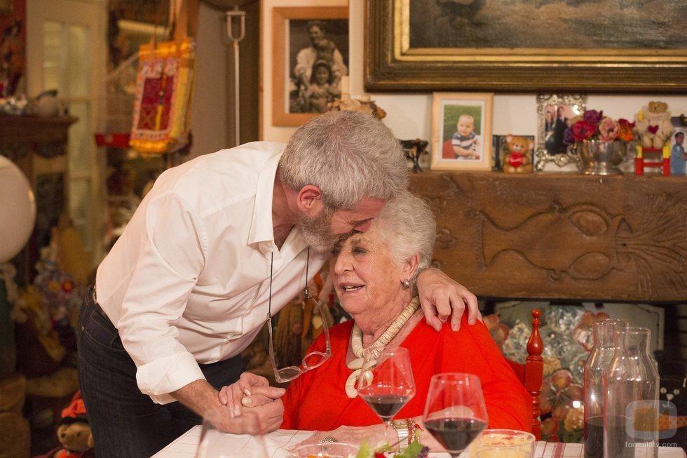 Lorenzo Caprile y su madre durante su paso por 'Cena con mamá'