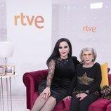 Alaska y su madre América durante la presentación de 'Cena con mamá'