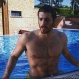 Can Yaman, de 'Pájaro Soñador', disfrutando de un baño en la piscina