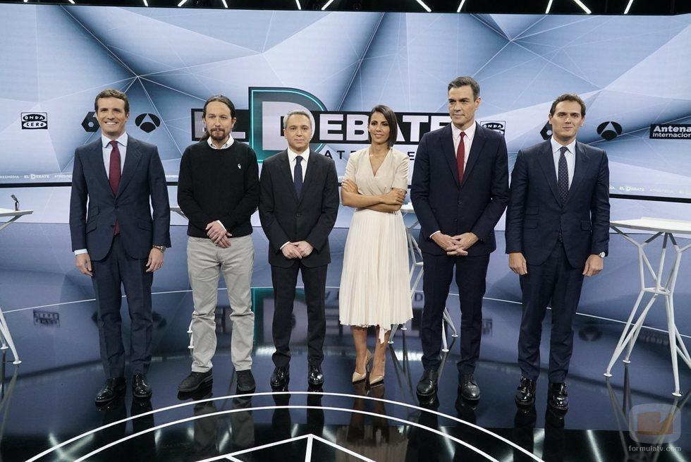 Los candidatos a la presidencia del gobierno posan junto a los moderadores de 'El debate decisivo'