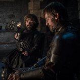 Jaime Lannister bebe con su hermano Tyrion en el 8x02 de 'Juego de Tronos'