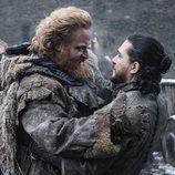 Tormund abraza a Jon Nieve en el 8x02 de 'Juego de Tronos'