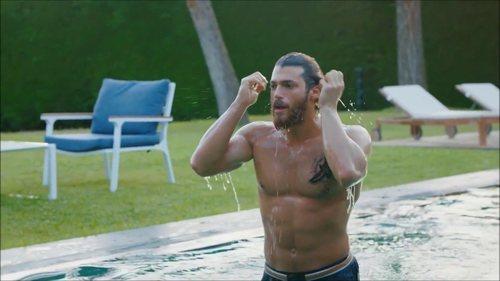 Can Yaman sale de la piscina con el torso desnudo