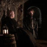 Varys y Tyrion en las catacumbas durante el 8x03 de 'Juego de Tronos'