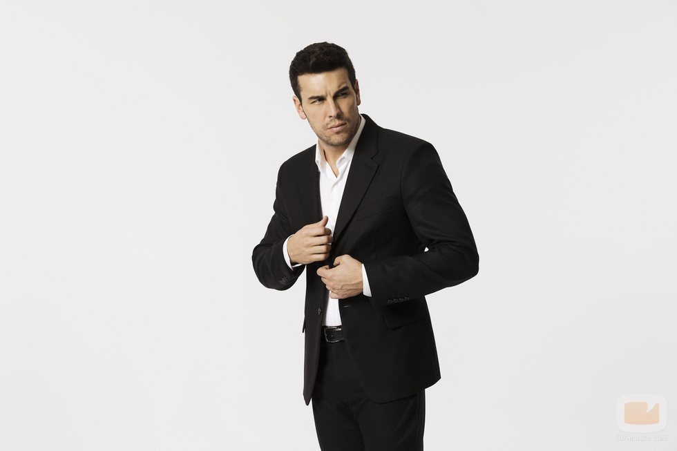 Mario Casas se abrocha la chaqueta en los posados promocionales de 'Instinto'