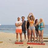 Varios concursantes de 'Supervivientes 2019' junto a Lara Álvarez en la playa