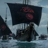 Una flota con estandartes targaryen surca el mar en el 8x04 de 'Juego de Tronos'