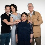 Los personajes de la familia Córcega posan para 'Mi marido tiene más familia'
