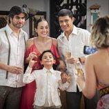 Robert y Julieta posan para una fotografía en 'Mi marido tiene más familia'
