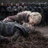 Daenerys besa el cadáver de Jorah en el 8x04 de 'Juego de tronos'