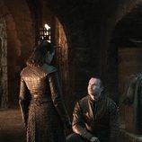 Gendry se arrodilla frente a Arya en el 8x04 de 'Juego de tronos'