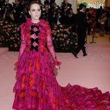 Rachel Brosnahan luce un vestido en color rosa para la Gala MET 2019