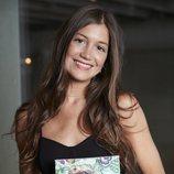 Miri Pérez-Cabrero, posando con su libro de recetas
