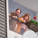 Antonio y Berta se asoman curiosos por el balcón en la temporada 11 de 'La que se avecina'