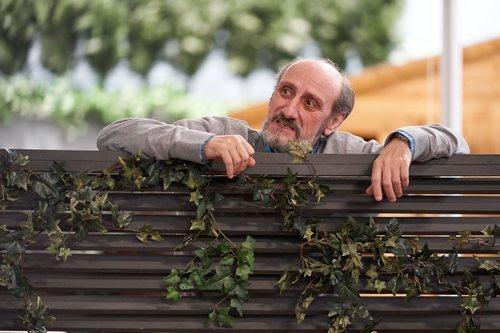 Enrique se asoma impactado por la valla de su jardín en la temporada 11 de 'La que se avecina'