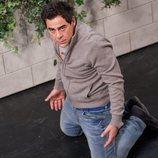 Amador arrodillado, en la temporada 11 de 'La que se avecina'