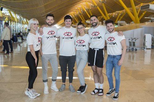 Miki Núñez y su equipo en el aeropuerto, antes de partir a Eurovisión 2019