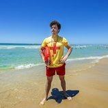 Miki Núñez, como un vigilante de la playa, para una entrevista de BBC