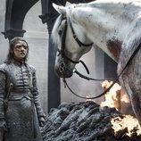 Arya frente a un caballo blanco en el 8x05 de 'Juego de Tronos'