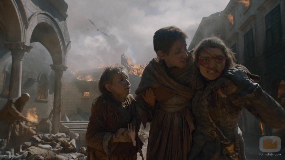 Arya trata de ayudar a los civiles en medio de la batalla del 8x05 de 'Juego de Tronos'